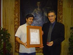 Entrega del premio a José Antonio Cabanillas, Teniente de Alcalde de Córdoba, por parte de Julián Blanco, también miembro del Secretariado de ConBici y perteneciente al colectivo cordobés Plataforma Carril-Bici de Córdoba.