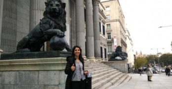 Anna González entrega las firmas de su campaña en el Congreso